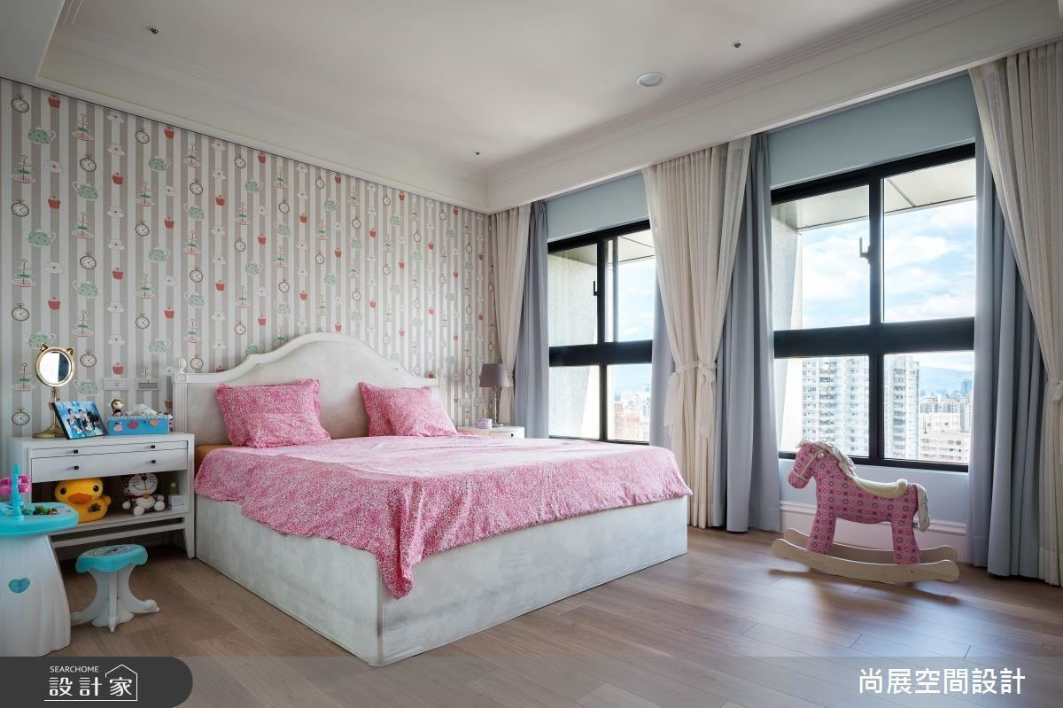 女孩房以童趣的壁紙與家具環繞著公主的城堡。