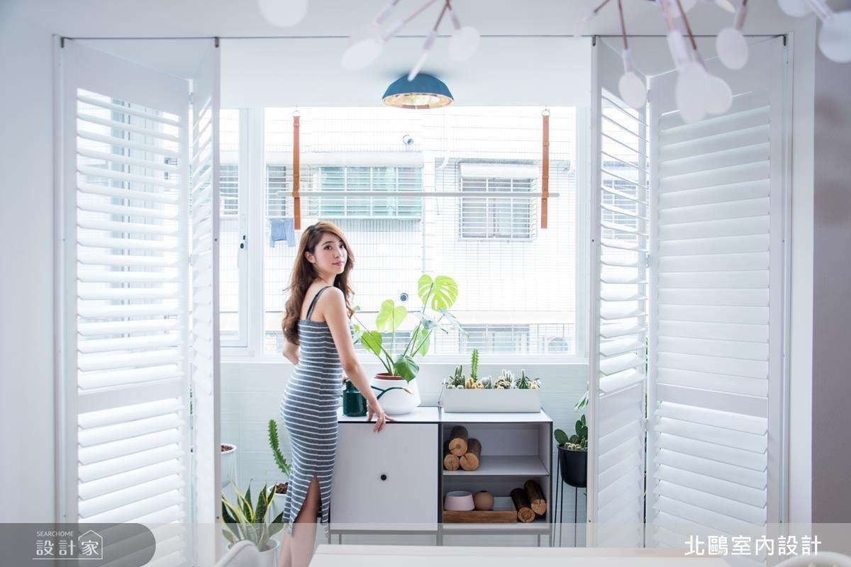 景觀陽台引光入室,傳達簡單明亮自然的生活態度。(人物攝影_Erica Peng)