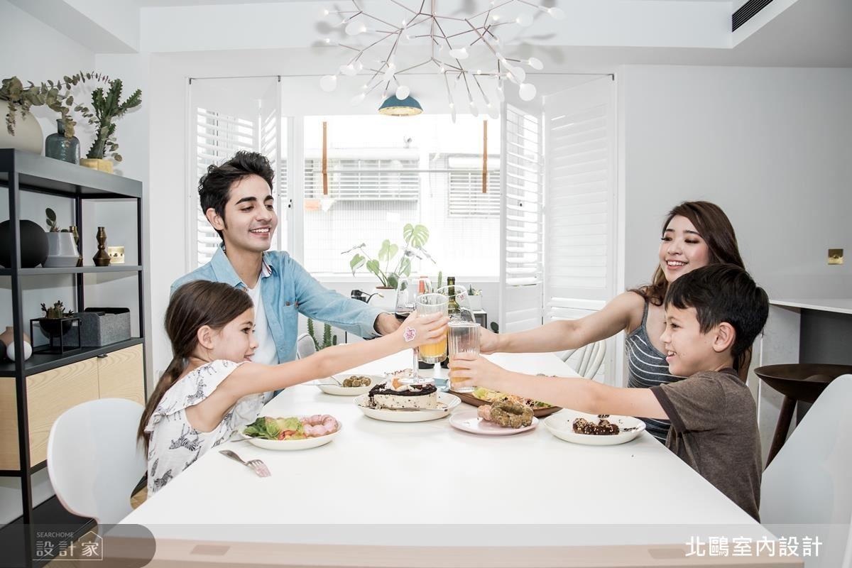 享受大面積充足陽光,一家人享受美食緊密互動更體現北歐愜意生活美學。(人物攝影_Erica Peng)