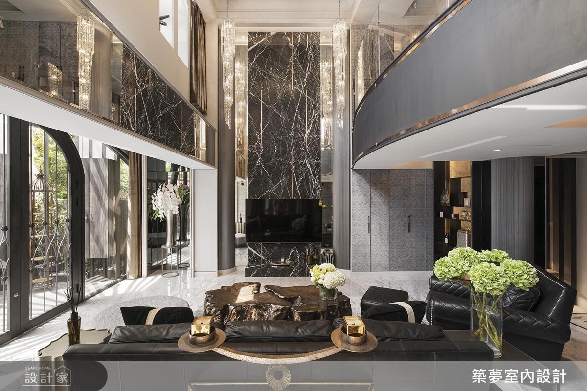 設計達人羅芳銘將空間挑高六米,展現精彩絕倫的空間氣勢,並運用大面大理石材鋪陳,打造猶如古堡般的華麗氣度。
