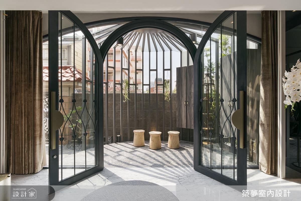 玄關格柵以圓弧造型工藝,締造空間視覺美感,大門則在線條、菱型圖樣的勾勒下,烘托大宅的雍容雅致。