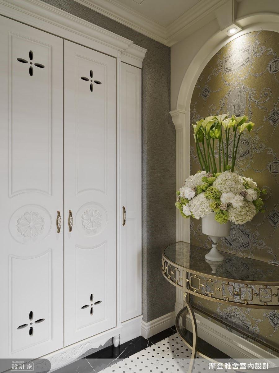 進門玄關地面以素雅拼磚堆疊,彰顯空間的典雅氣質。