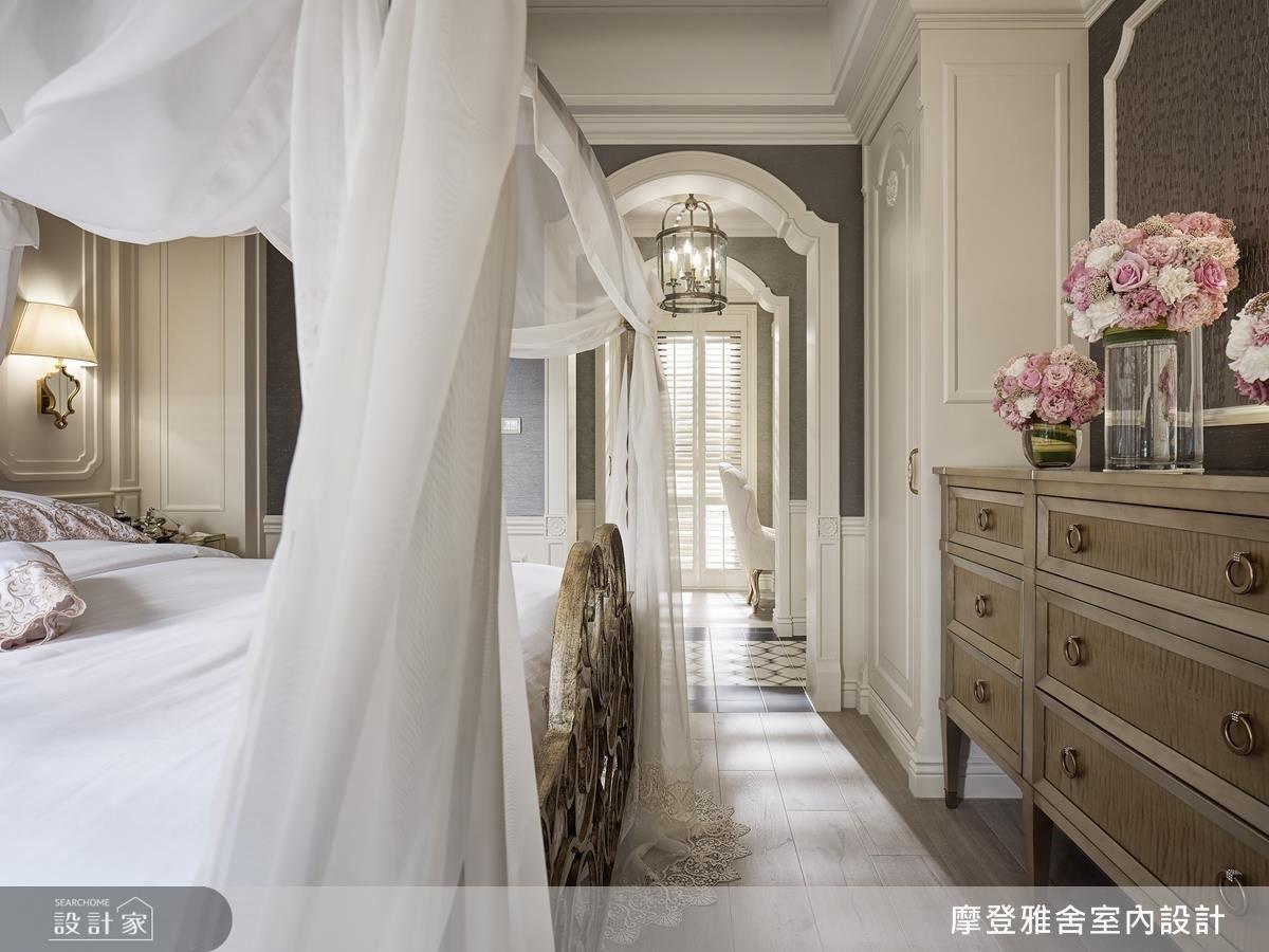 主臥門框特意以花瓣造型設計,為空間締造無與倫比的浪漫。