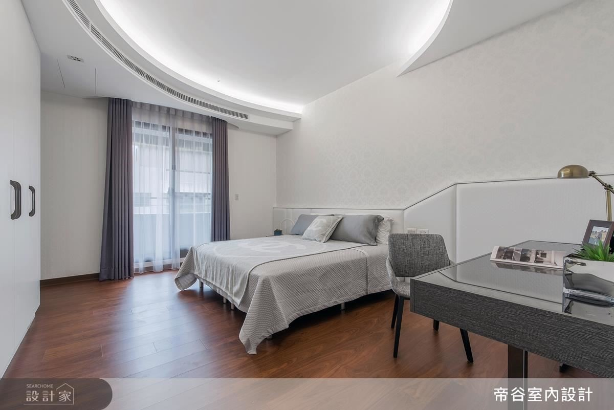 男孩房的天花板以圓弧設計,帶出小男孩的活潑與獨特性。