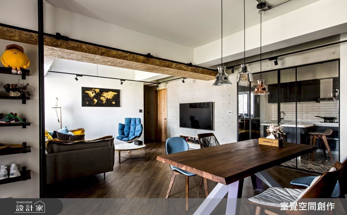 公領域拼貼斜向木地板,將入門視角帶入客廳,放大空間視野。