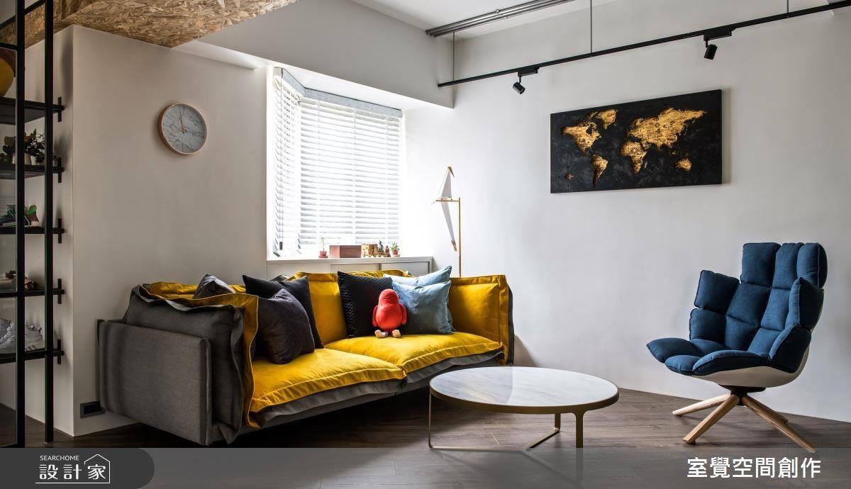 客廳窗面以白色木百葉引光入室,並利用窗檯空間成為屋主佈置角落,營造溫馨居家氛圍妝點生活小確幸。