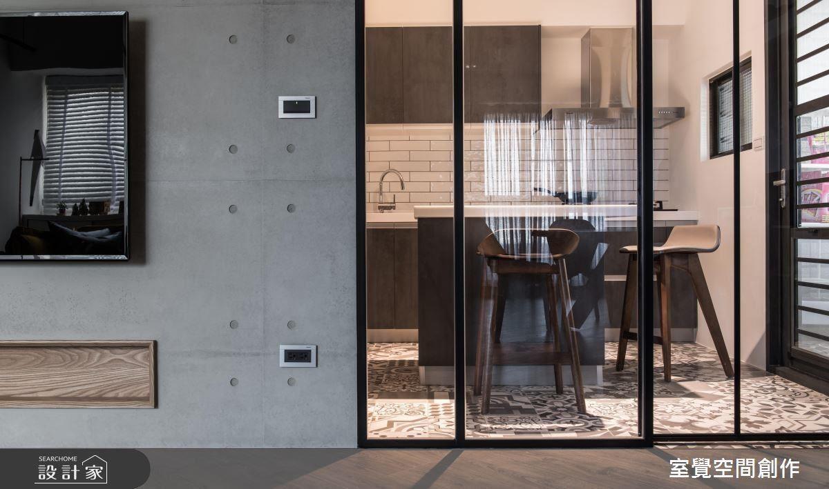 廚房中島檯面搭配高椅加強空間多重使用性,打造享受料理間用餐的美好時光。