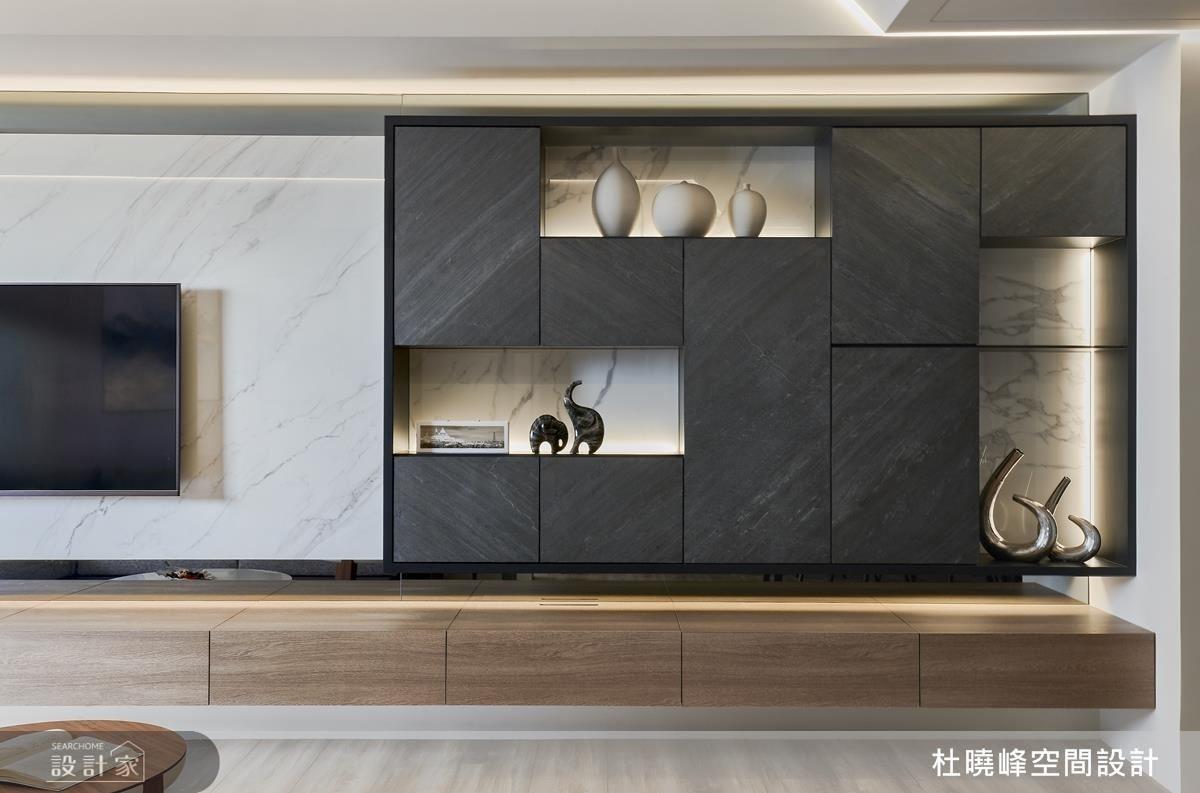 客廳收納展示櫃以鏤空造型,成就居家別致端景。