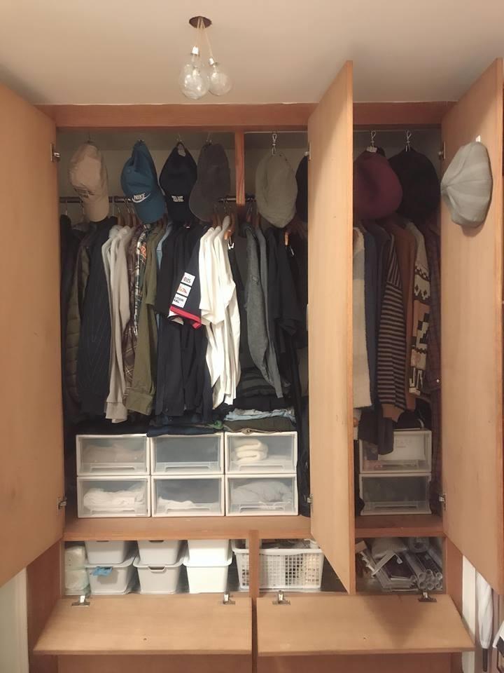 利用收納盒為小物進分門別類,上方留空處,聰明運用掛勾收納體積小的帽子。>>看完整文章
