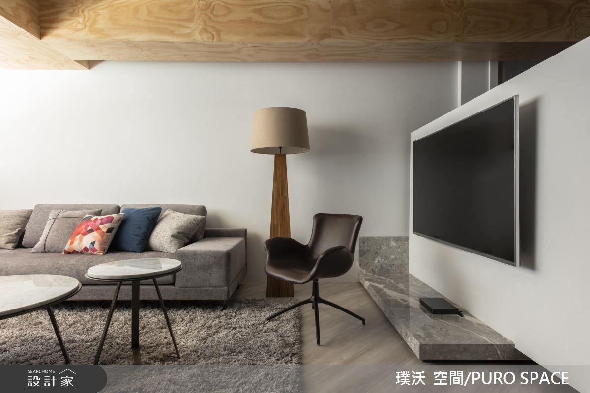 把電視牆轉個彎,就能拉開沙發背牆,坐在 L 型沙發看電視也很順。