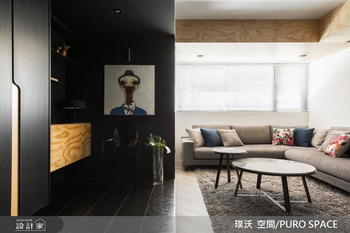 陽光打亮白色廳區,和黑色的玄關廊道形成強烈對比,營造更純淨的光感。