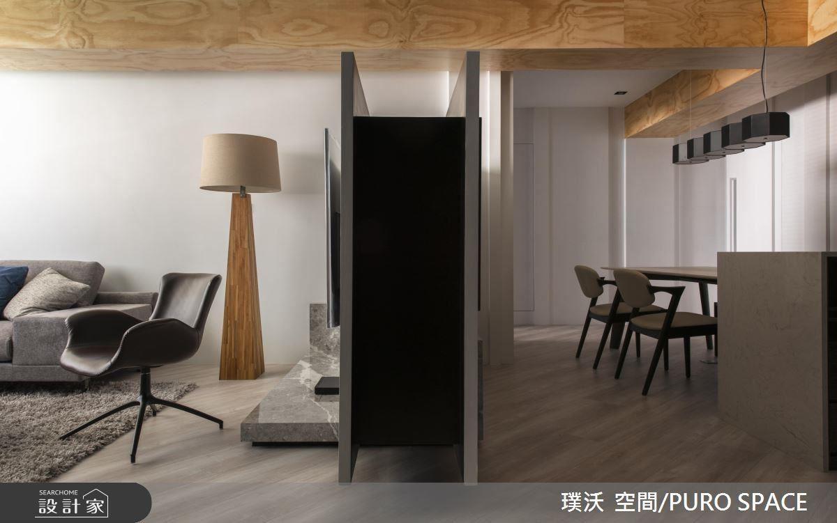 以一道電視牆隔出餐廳,且變身為櫃體,以上下懸空設計,讓厚牆變輕盈。