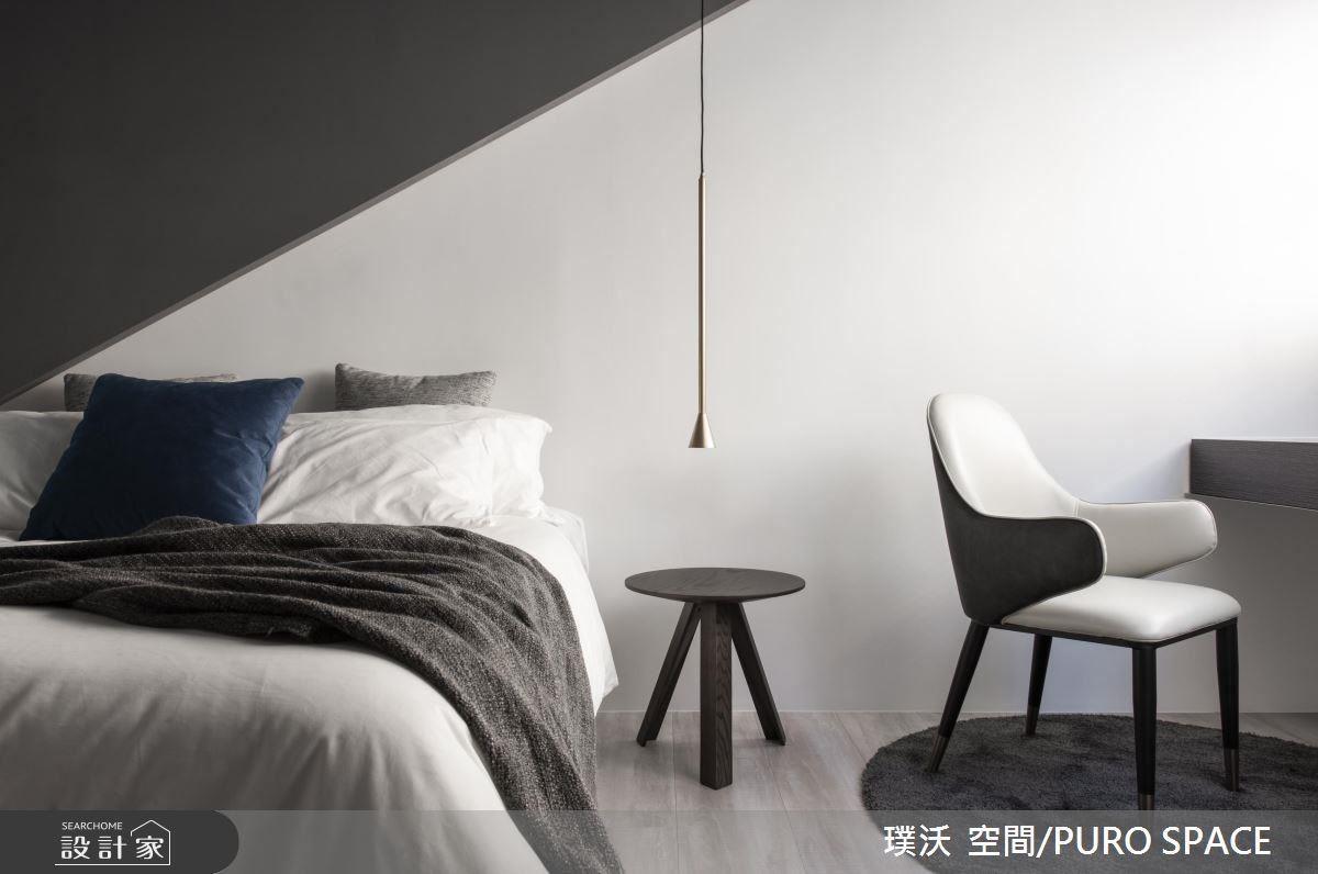 寢臥延續公領域的反差色調,且降低為灰階,以斜角立面打造床頭主牆。