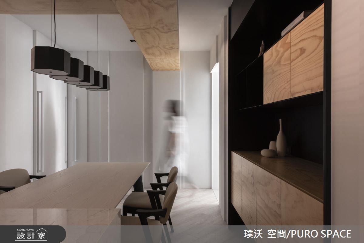 黑白配既衝突又和諧,且藉凹凸線狀美化牆面,同時融入門的勾縫設計。