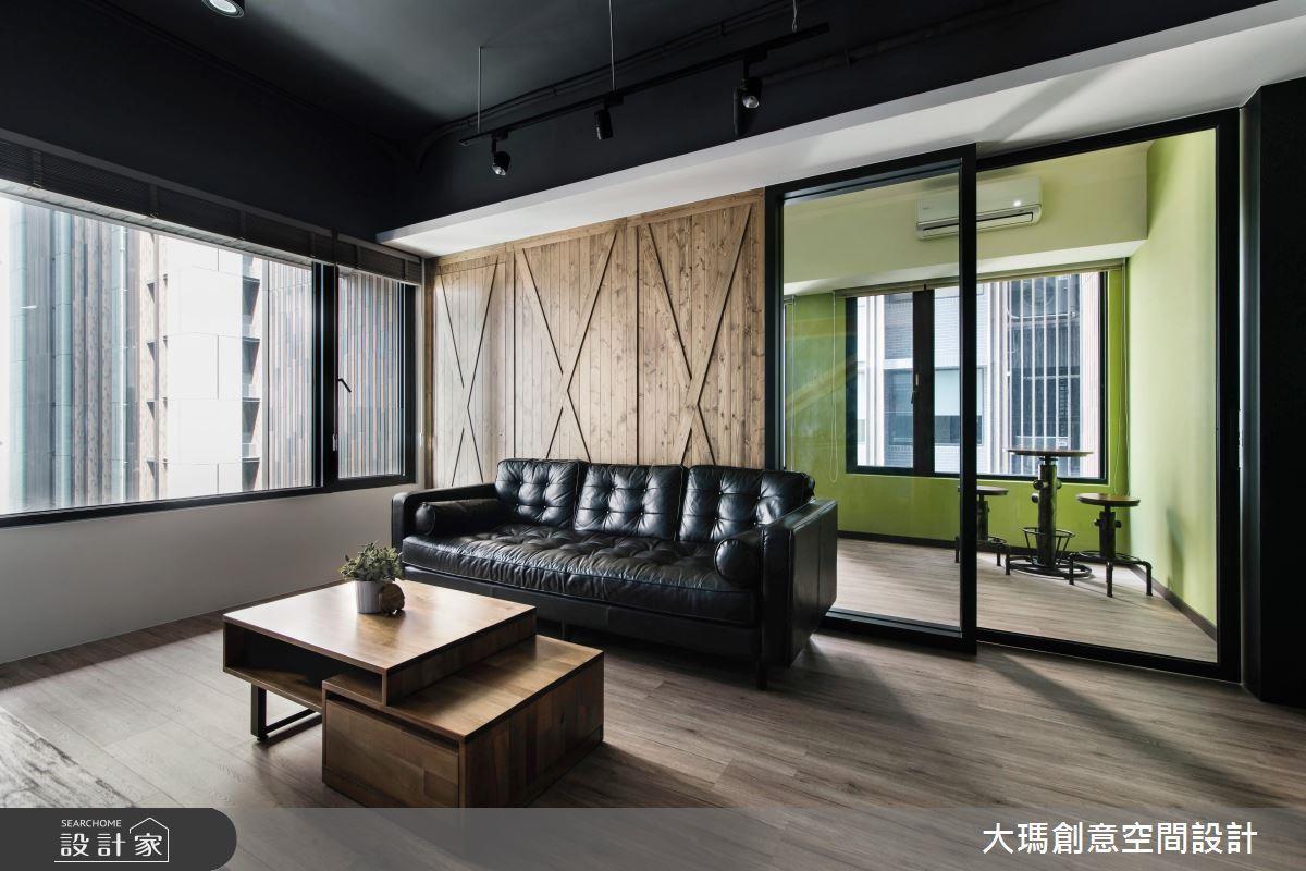 穀倉門除了當門板以外,還能當作隔間牆使用,透過和玻璃材質的配合,呈現溫潤又敞亮的空間氣質。