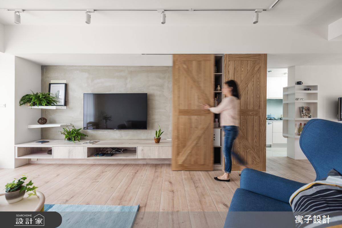 另外,穀倉門板也可以變成收納櫃的門片,推拉的設計不會影響流暢的動線,又能夠增添客廳的立面表情。