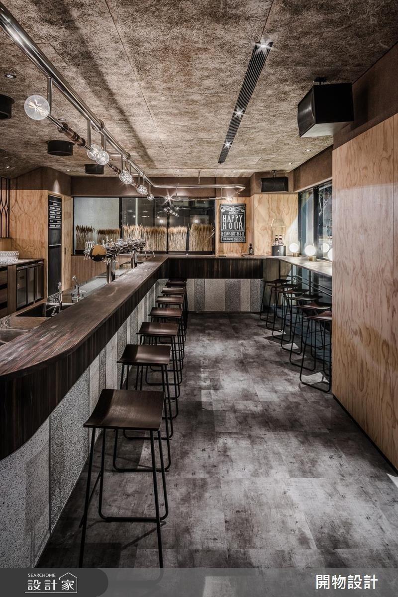 進門吧檯運用台灣抿石子元素鋪設,並在造型線條的搭配下,呈現新穎空間姿態。