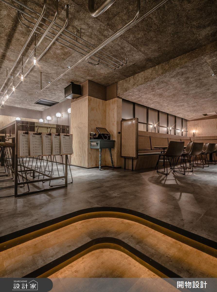 內側坐位區貼心以光帶鋪陳地面台階,提醒顧客留意腳下階梯,同時勾勒視覺帶來別致感受。
