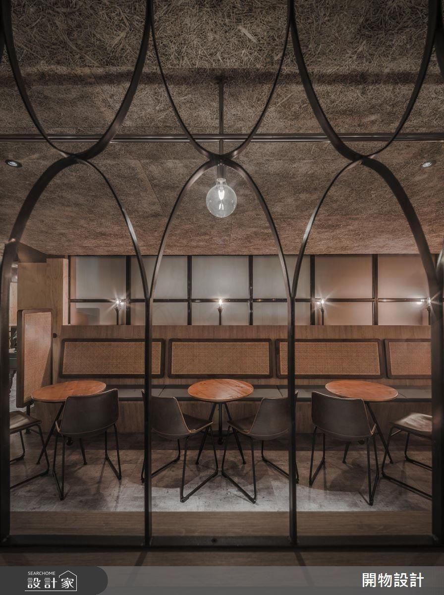 座位區與吧檯間精巧運用鐵窗相隔,在簡化造型的設計下,使窗花變得優雅俐落。座位椅面也以古早藤編元素,帶給人親切、熟悉感受。
