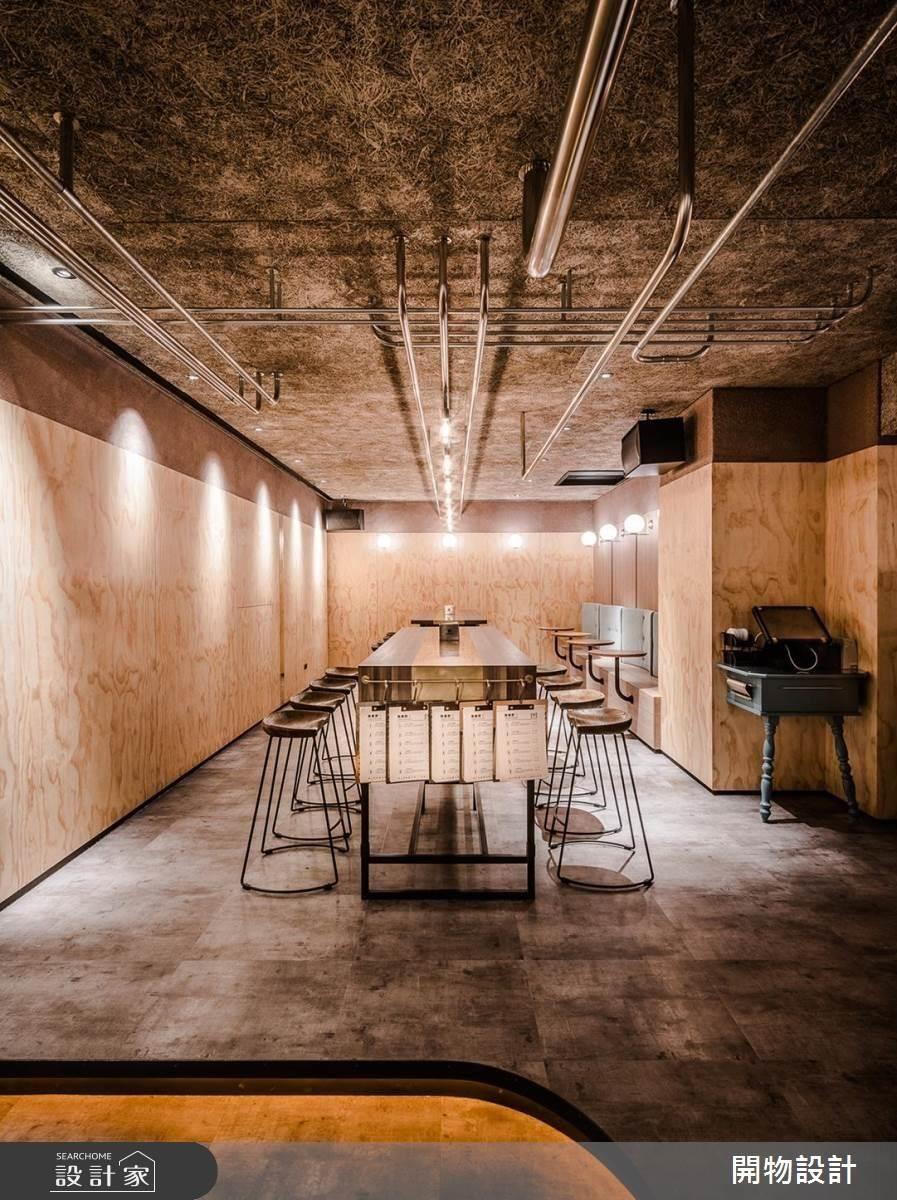座位區天花以不同粗細的不鏽鋼管刻劃空間線條,細膩提升空間質感。