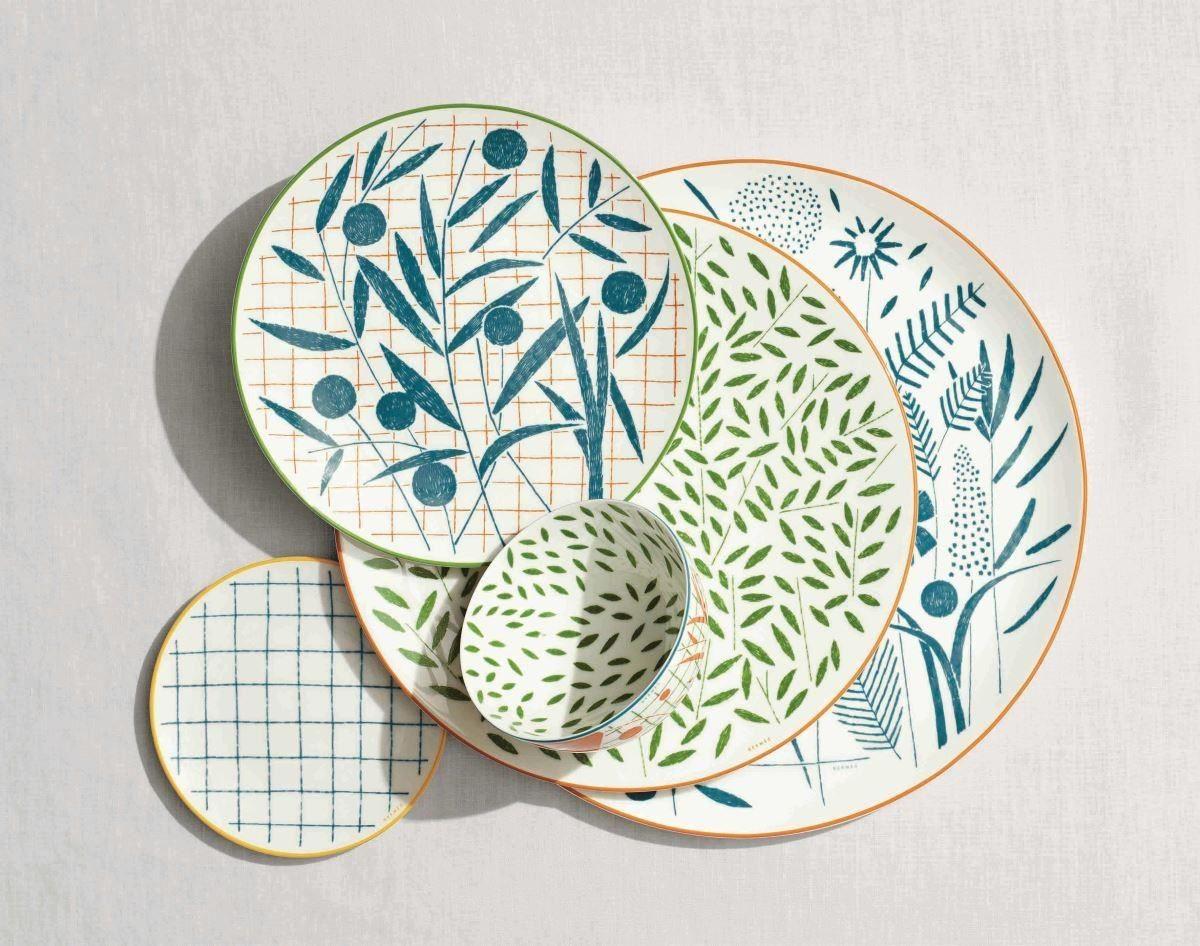 由藝術家 Nigel Peake透過畫筆勾勒出,以英式花園為主題的A WALK IN THE GARDEN餐瓷系列頗受矚目。