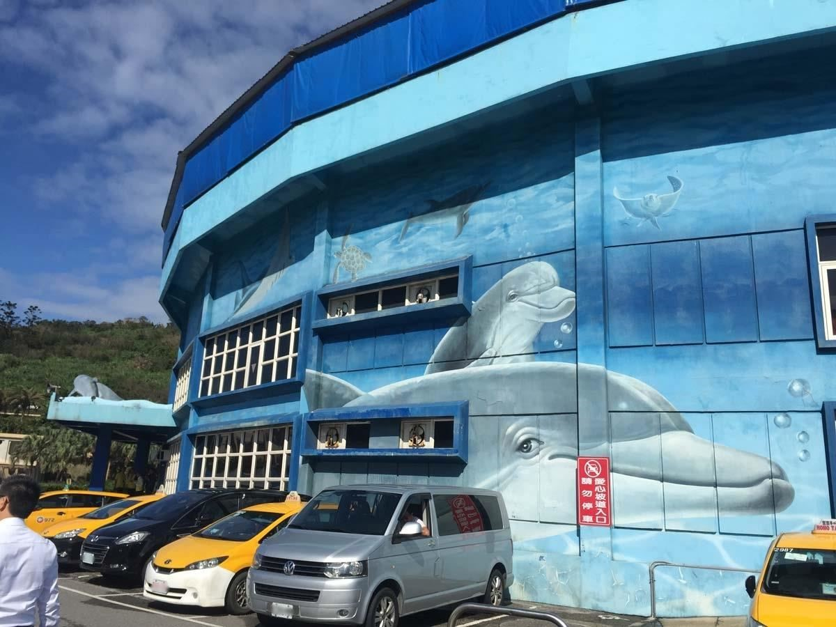 野柳海洋世界主館外牆係以塗料彩繪為主,多年來反覆疊上的塗料層已經像千層派一般厚重。