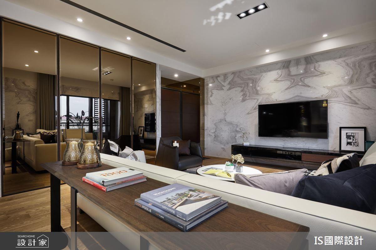 客廳電視牆以不對稱銀狐大理石設計,營造視覺延伸的大器感受。