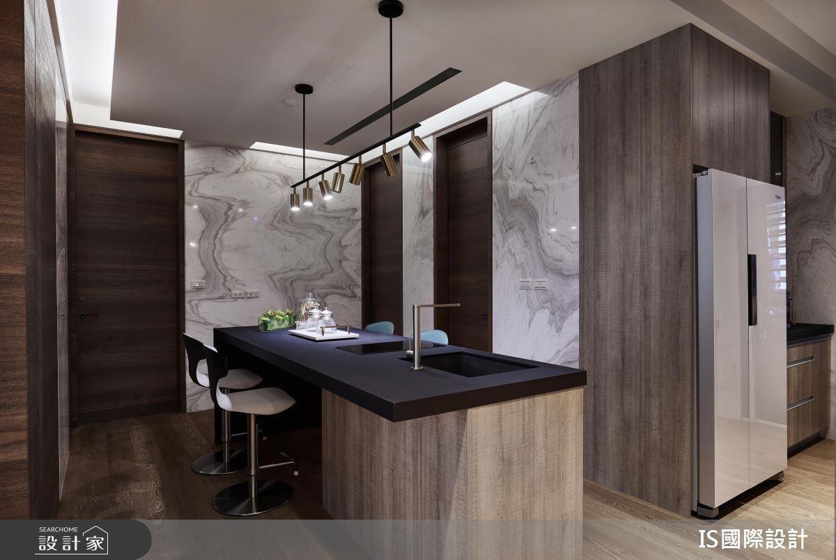 餐廚空間藉由特殊燈具妝點,挹注精緻格調感受。