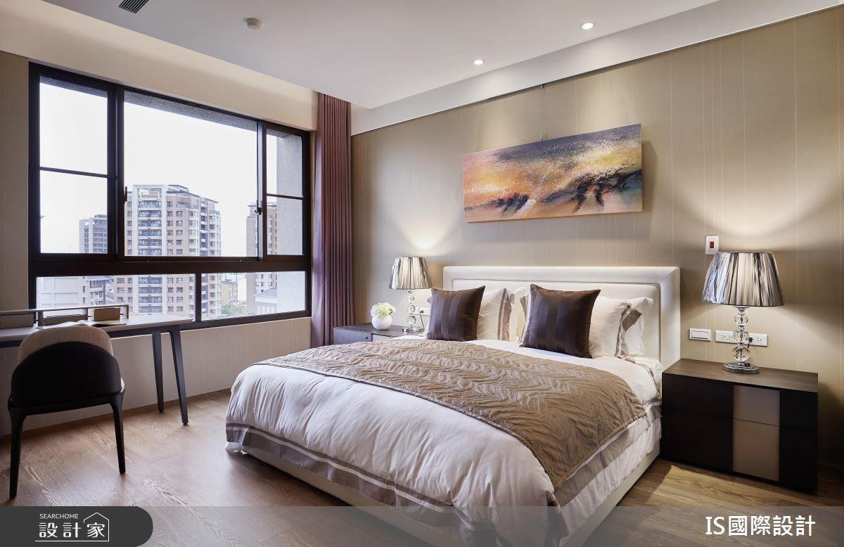 主臥以沉穩質感色調譜畫,營造休閒睡眠場域。