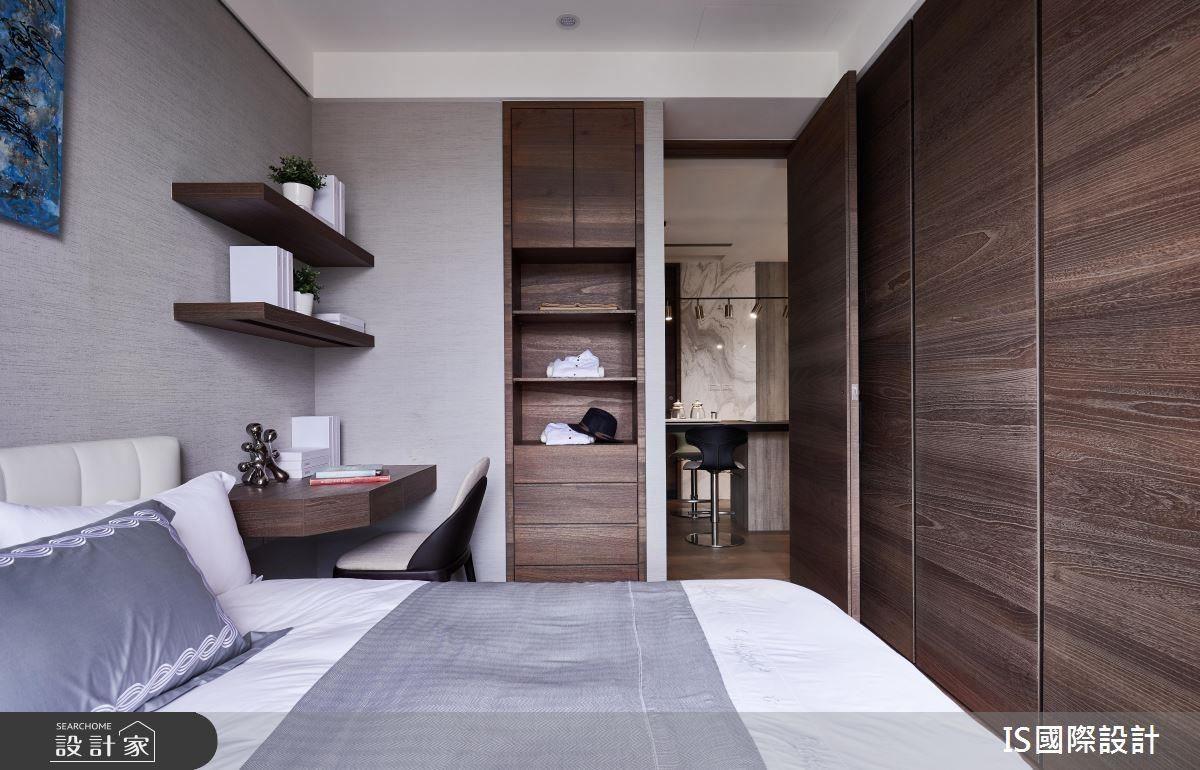 次臥藉由格局調動,增添一處書櫃空間,滿足屋主生活機能。