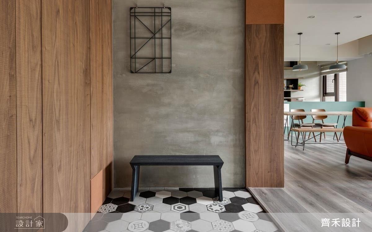 玄關藉由造型六角地磚,劃分出不同的場域界定。