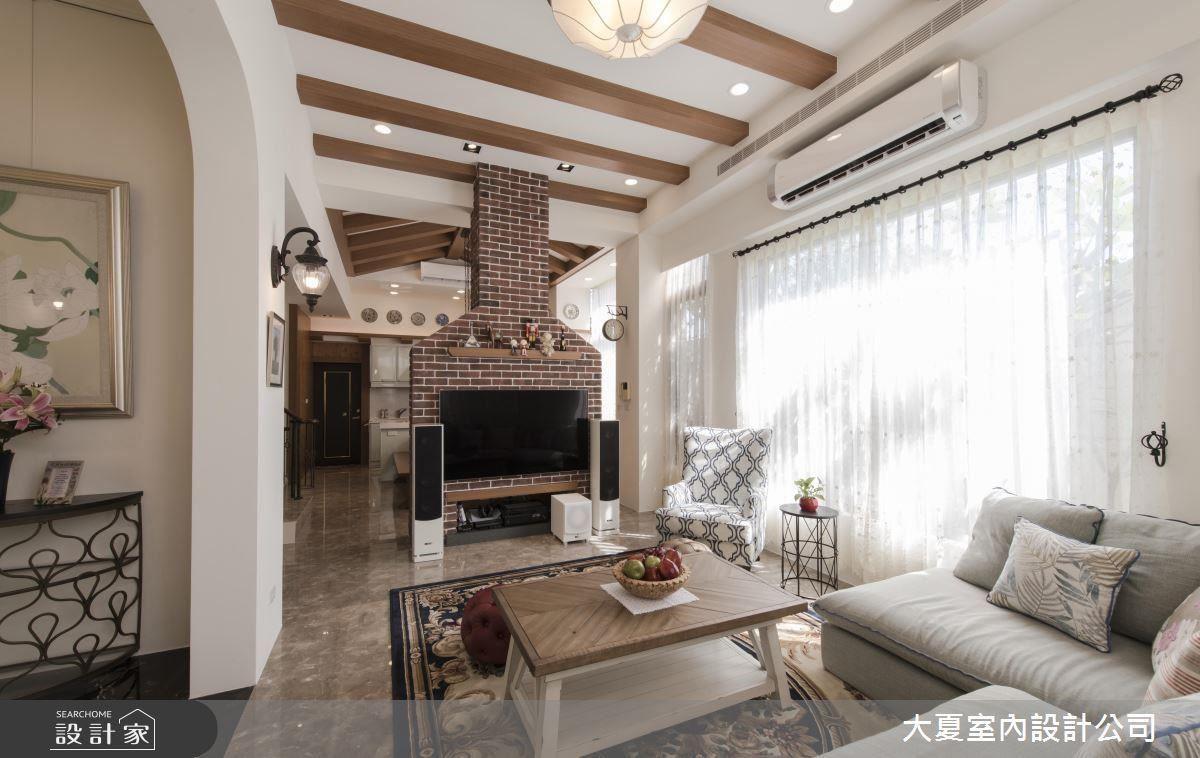 客廳大面落地窗延攬戶外光源,使居家流淌明亮氣息;電視牆採壁爐、煙囪造型規劃,顯現屋高優勢,同時營造空間視覺趣味。
