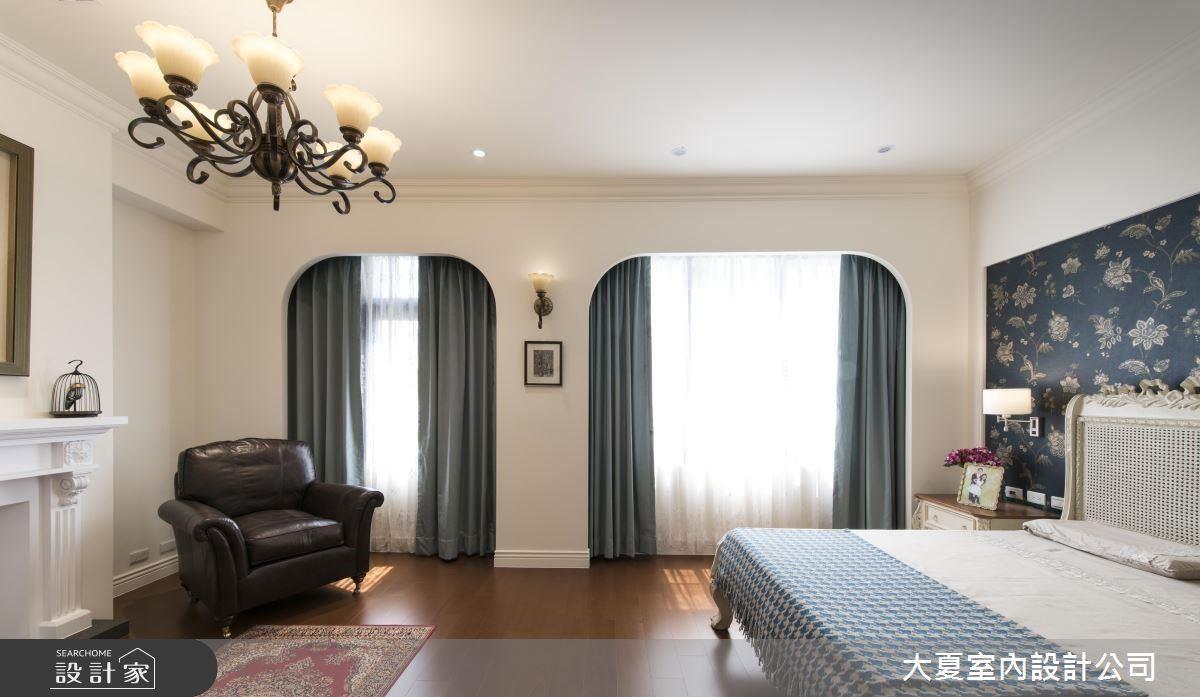 主臥窗框依照區域比例設置窗面大小,並規劃圓弧造型,使視覺感受更為和諧舒適。