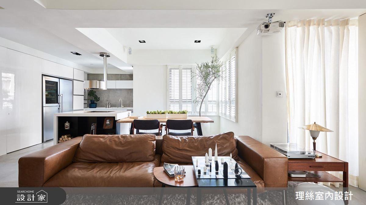 客廳藉由復古皮沙發陳設,增添仿舊的質感韻味。