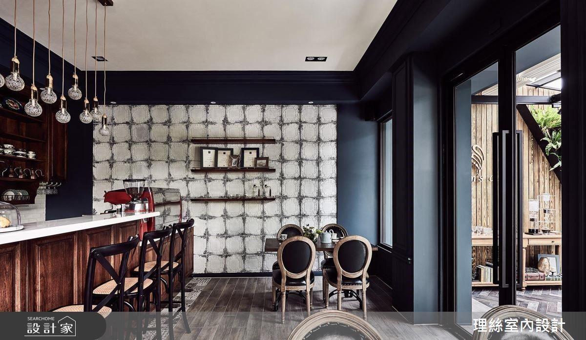 吧檯以仿舊石木規劃,搭配特色金邊吊燈,完美展現復古底蘊。