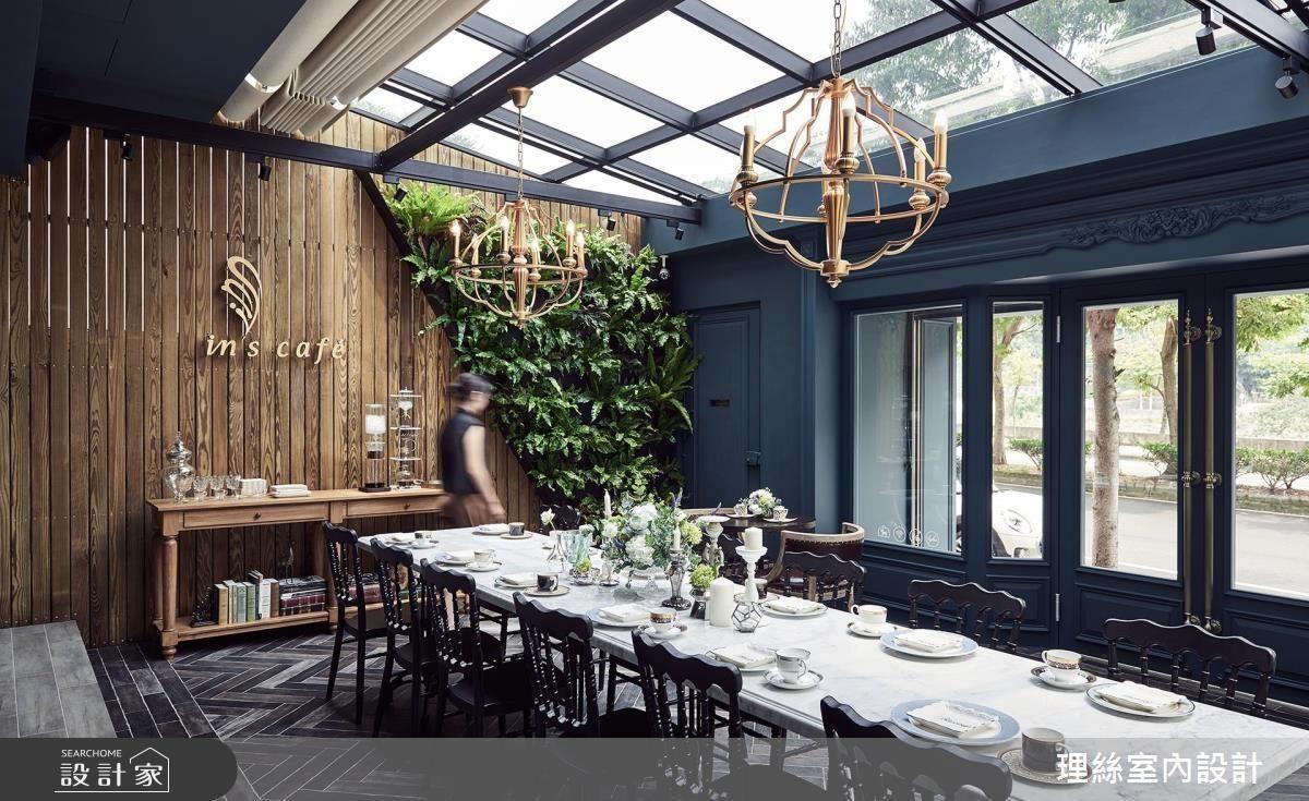 天花以格狀天窗設計,將光線延攬入室,帶來舒心溫暖感受。
