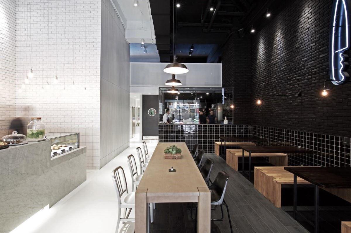 設計師以雙色、同材質的設計技巧,為空間構築獨特而和諧的視覺美感。