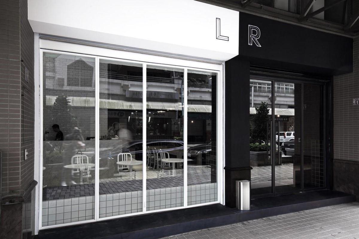 店面外觀以簡約黑白雙色凸顯空間獨特性,並運用通透玻璃窗面,使往返行人清楚看到內部用餐氛圍,巧妙拉近餐廳與外界距離。