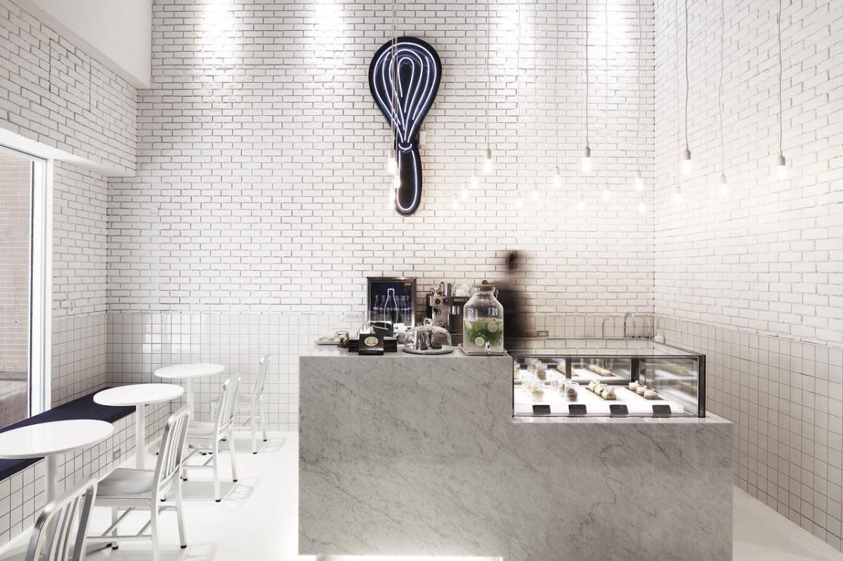 白色座位區利用窗面設計甜蜜雙人坐位區,宛如置身歐洲街角咖啡店。