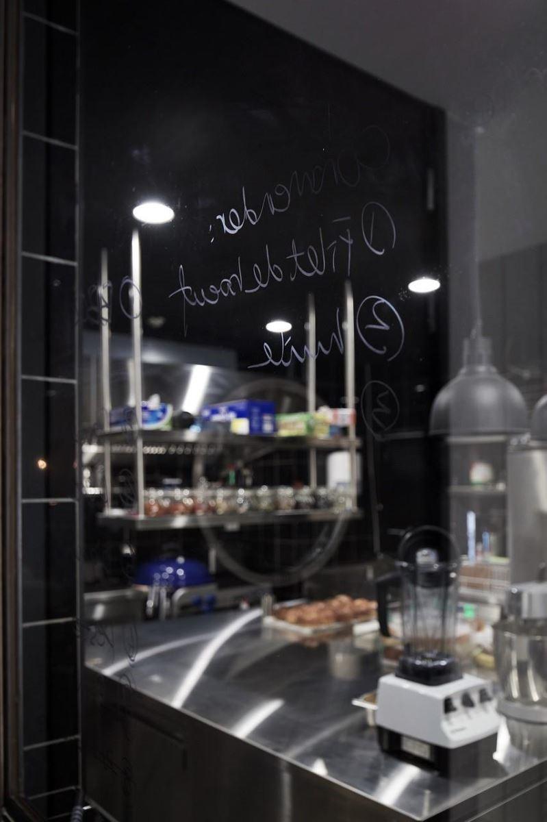 半開放廚房空間以玻璃隔間,使用餐顧客看見主廚專業,安心享受美味餐點。
