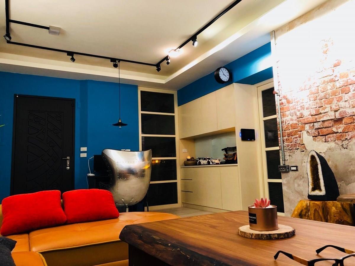 靠近玄關的工作區,透過土耳其藍的色彩,成功改變室內氛圍。