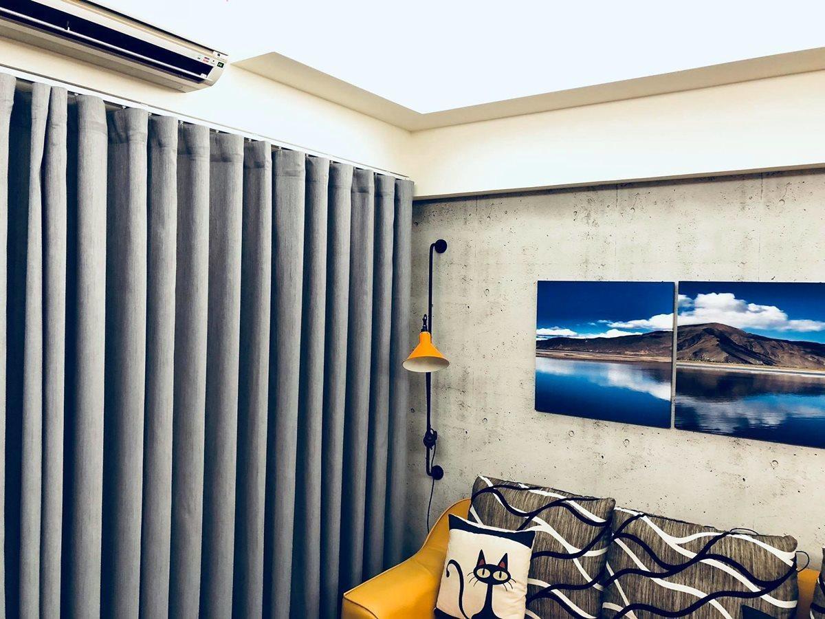 靠近窗簾的一角,選擇與沙發同色系的復古壁燈,讓居家更加溫馨。