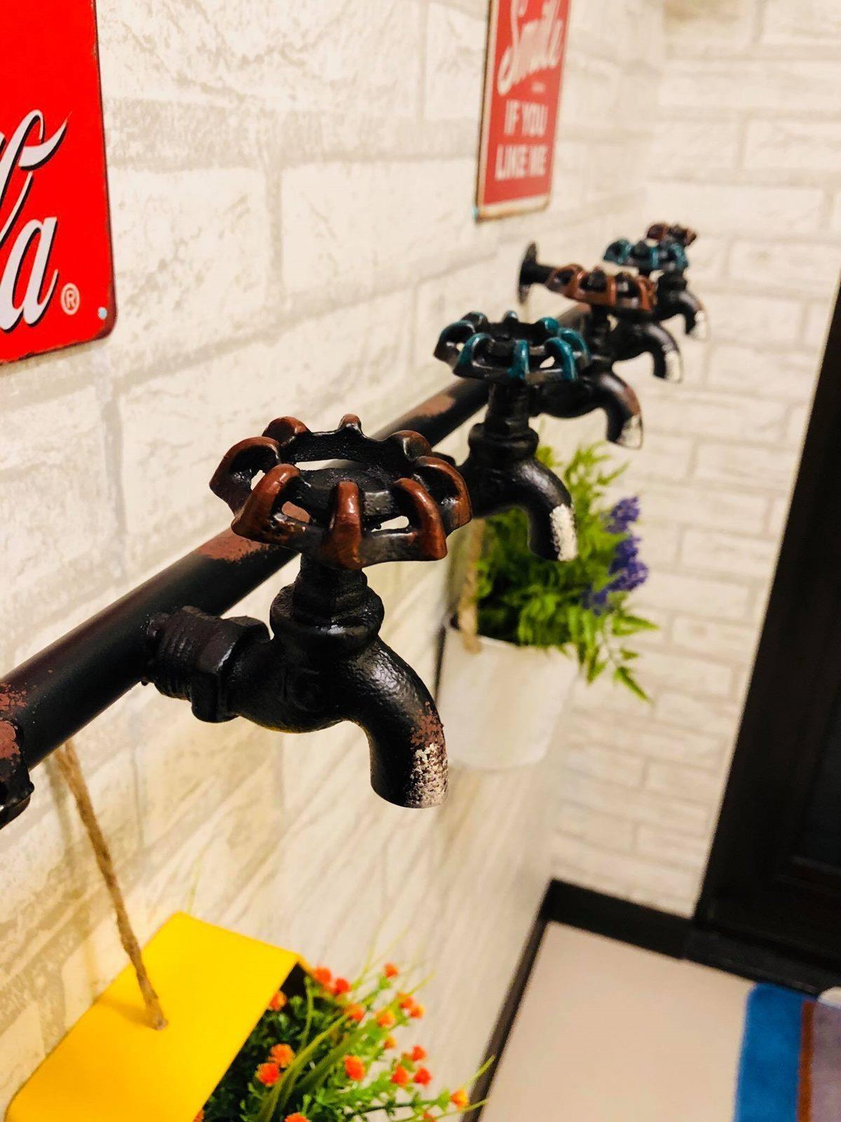 可愛的水管和水龍頭,能運用在廚房牆面掛上盆栽,即便沒有庭院,也可以發揮園藝細胞。