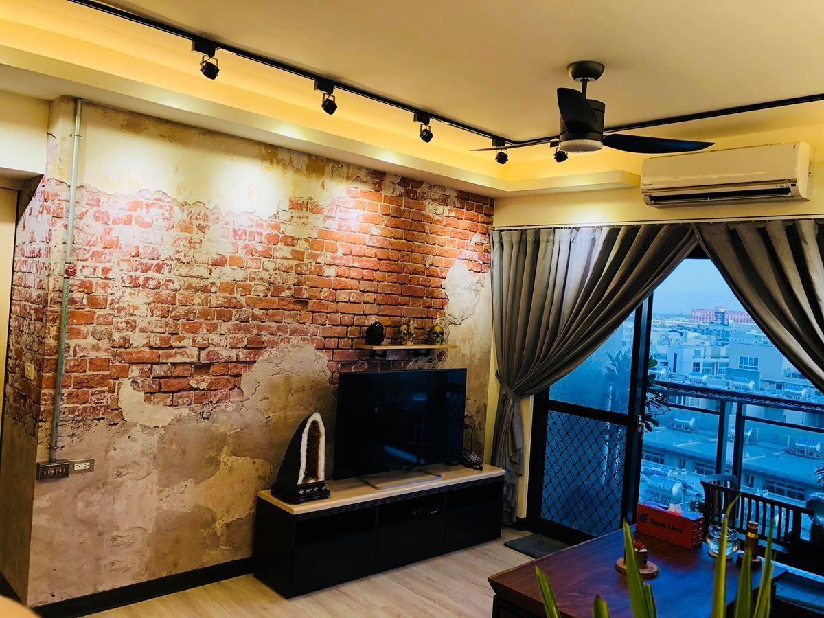 電視牆以斑駁的紅磚牆壁布,營造工業風的隨興感,轉換格局的調性。