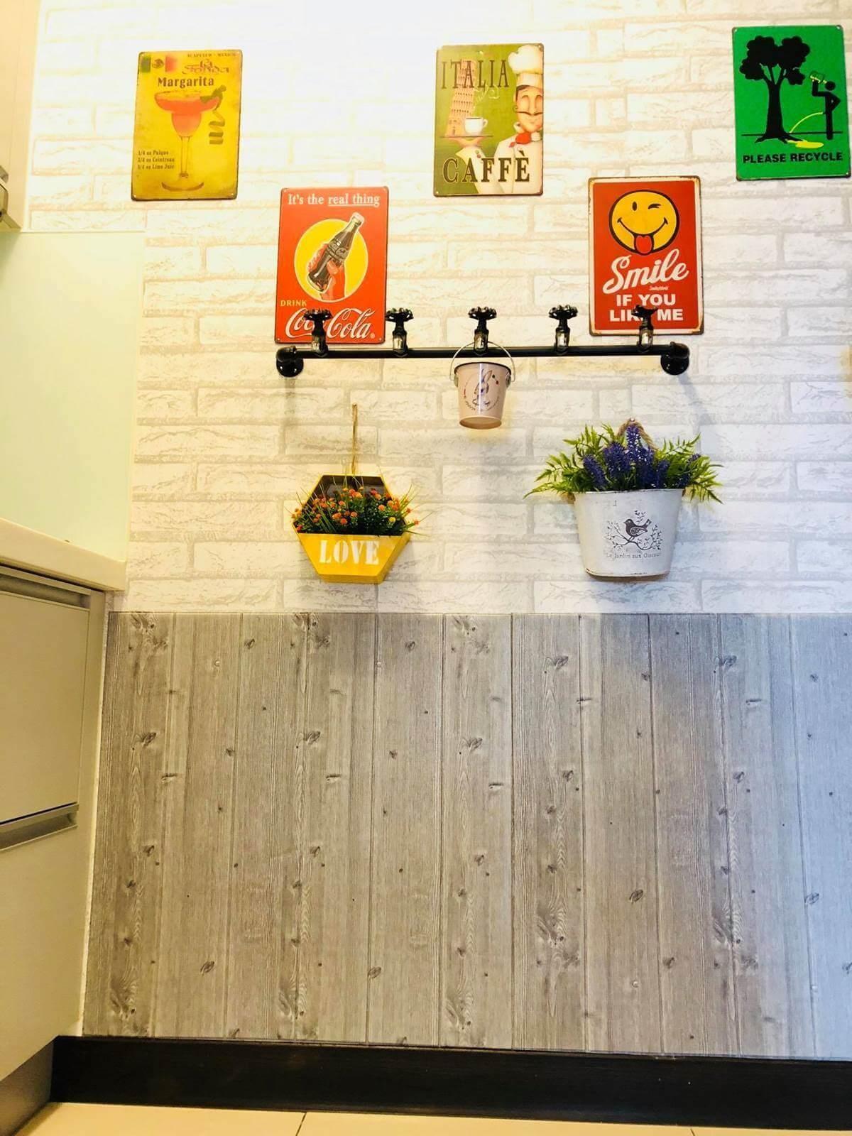 這片廚房白磚牆,其實是壁布加上仿木紋腰線壁貼,不過壁貼黏貼後會不好撕下,施工前要考慮清楚。