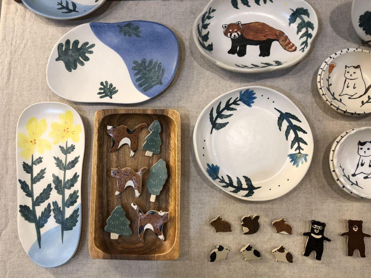 用陶瓷色粉和自然為主題創作的「耳邊」,採用的是釉下彩的技法,可盛裝食物安心食用。