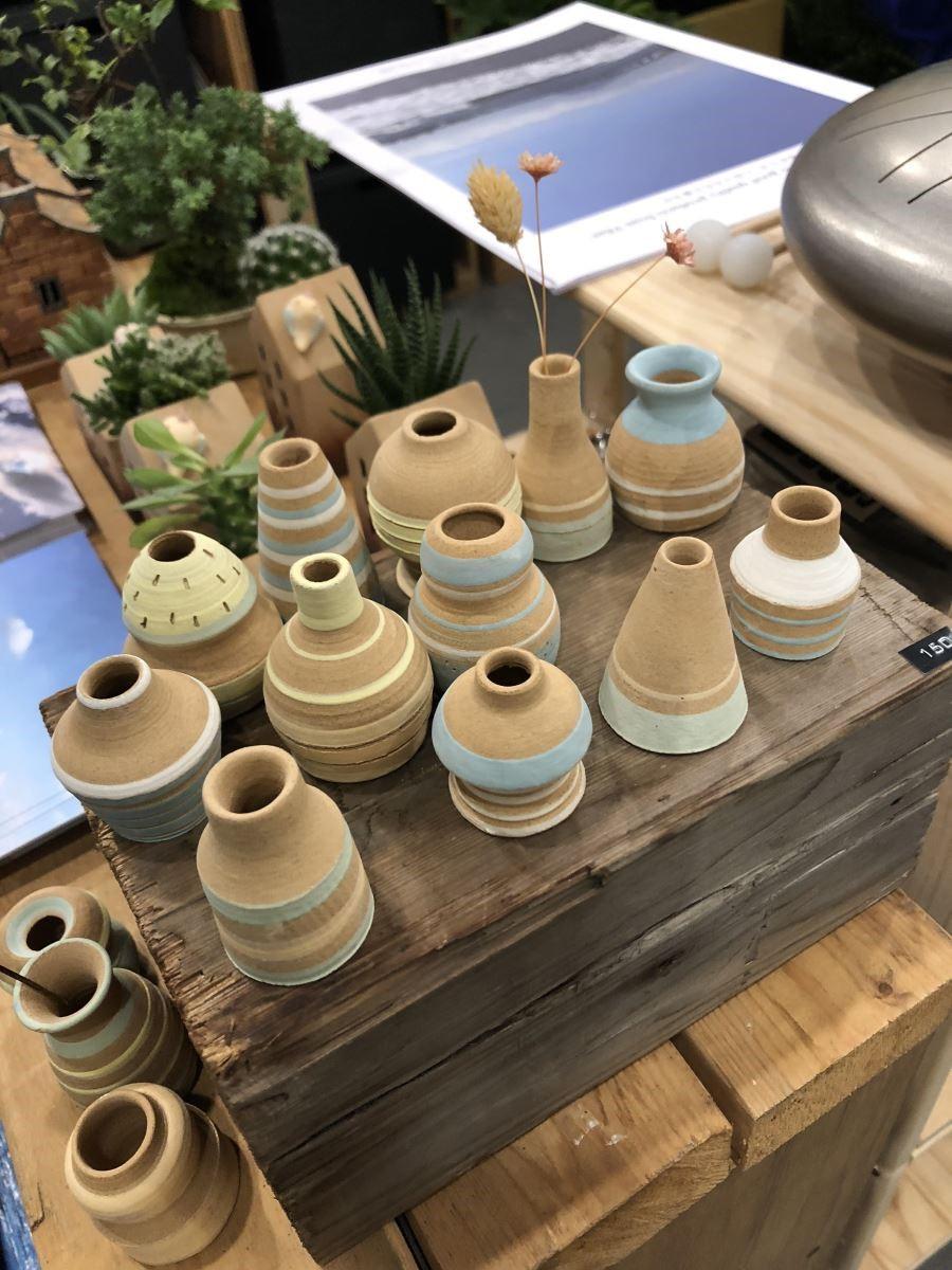 陶製的小花器,點綴馬卡龍色,放在桌上插朵小花,讓人心情大好!