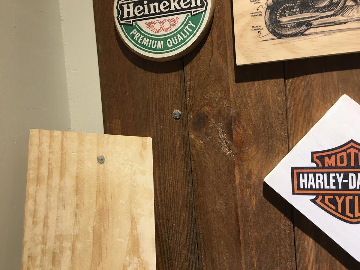 棧板杯墊和隔熱墊的美式圖案,是先用印表機印在紙上,再透過轉印劑轉印到木板上;杯墊後方則是利用強力磁鐵固定。