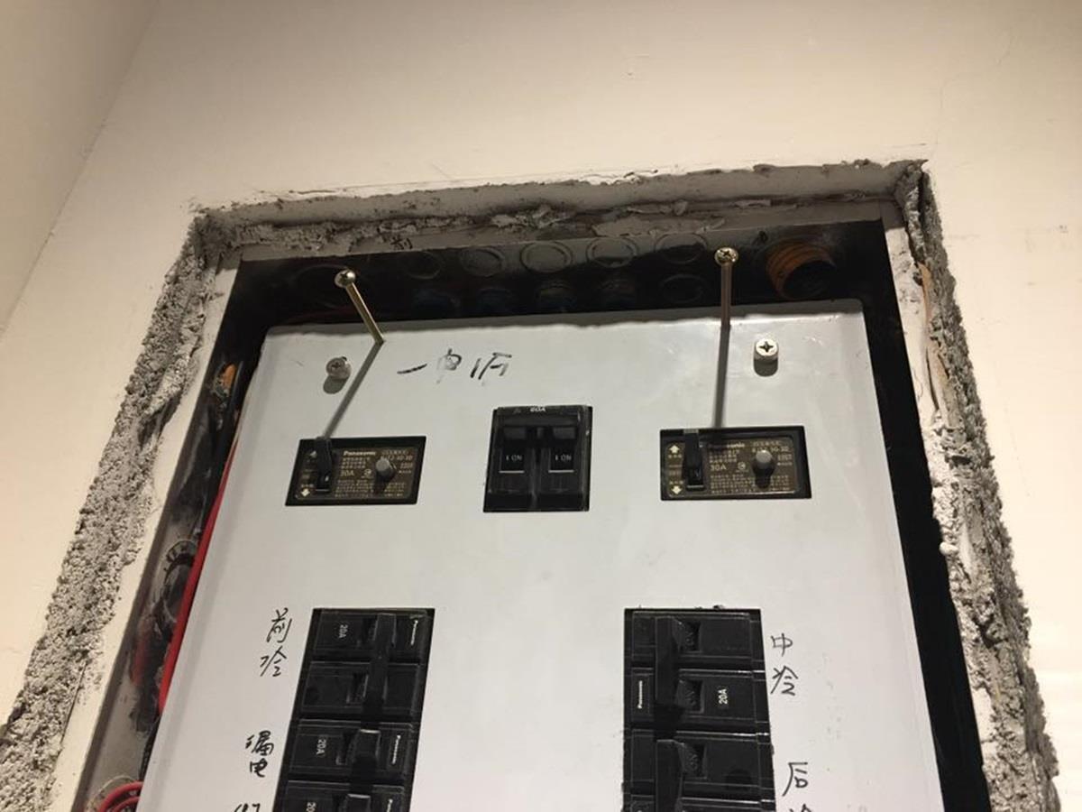 棧板的固定方式是,拆除掉原先的電箱蓋,保留固定螺絲,再於棧板後加裝有凹槽的鐵片來勾住螺絲頭。