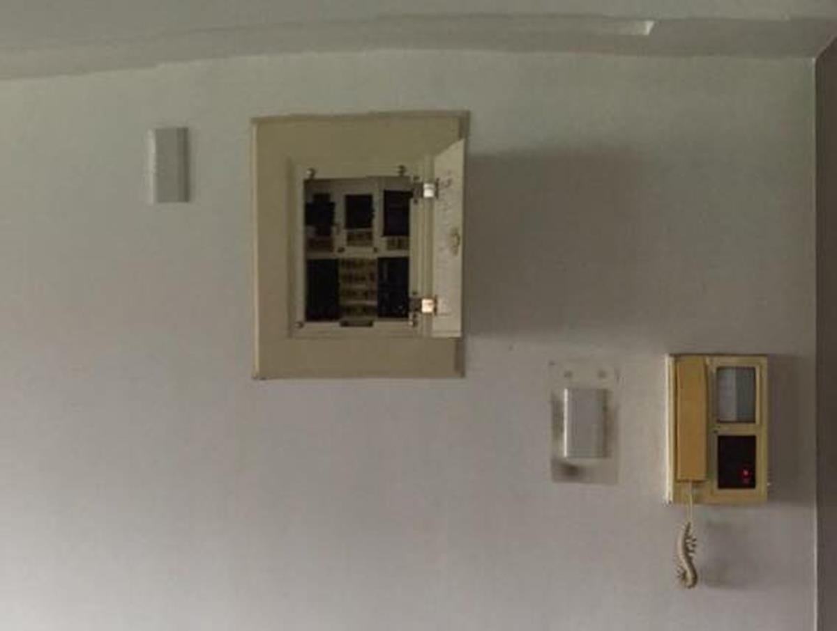 電箱、電蓋和對講機在修飾前的樣貌。